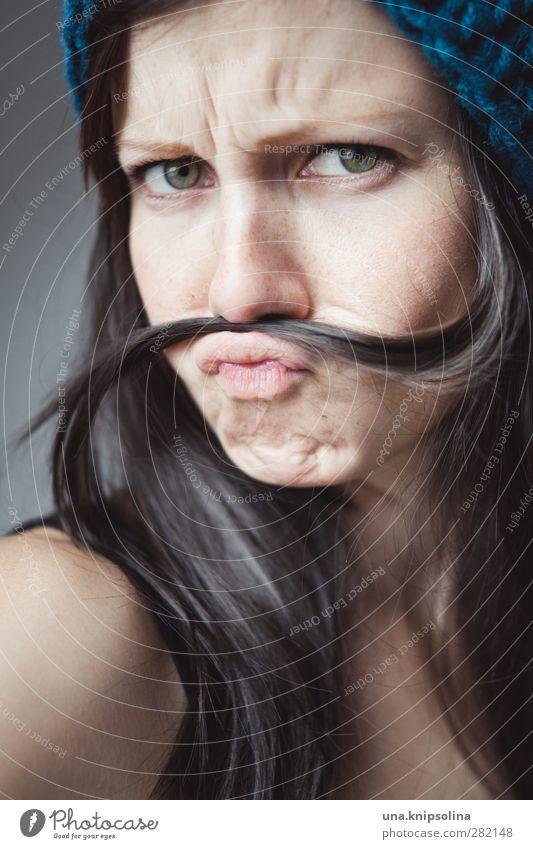 schnurrrbarrrt Frau Erwachsene Gesicht 1 Mensch 18-30 Jahre Jugendliche Mütze brünett langhaarig Haarsträhne frech lustig natürlich feminin Bart verkleiden