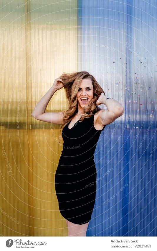 Frau lächelt, während sie Serpentine fällt. Verabredung attraktiv schön blond Kaukasier Feste & Feiern Farbe Datierung Kleid elegant Behaarung Sitzung modern