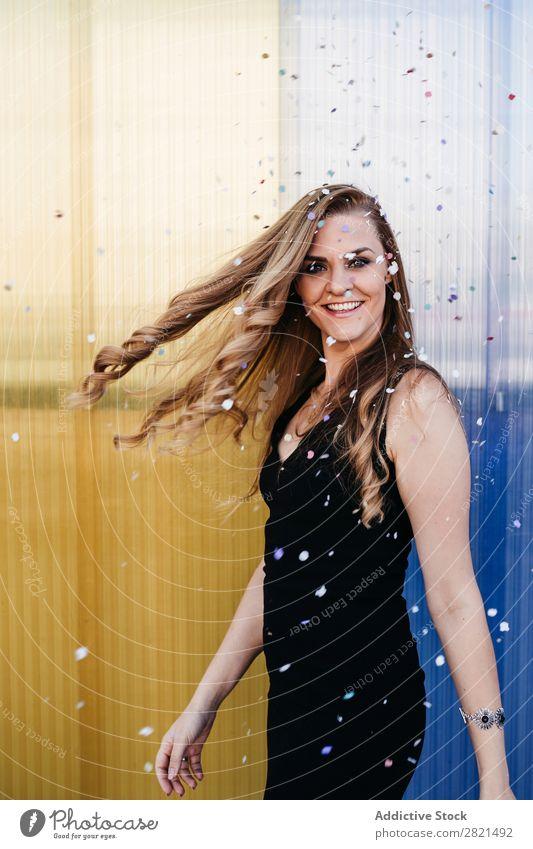 Frau lächelt, während sie Serpentine fällt. Verabredung attraktiv schön blond Kaukasier Feste & Feiern Farbe Datierung Kleid elegant Behaarung Fröhlichkeit