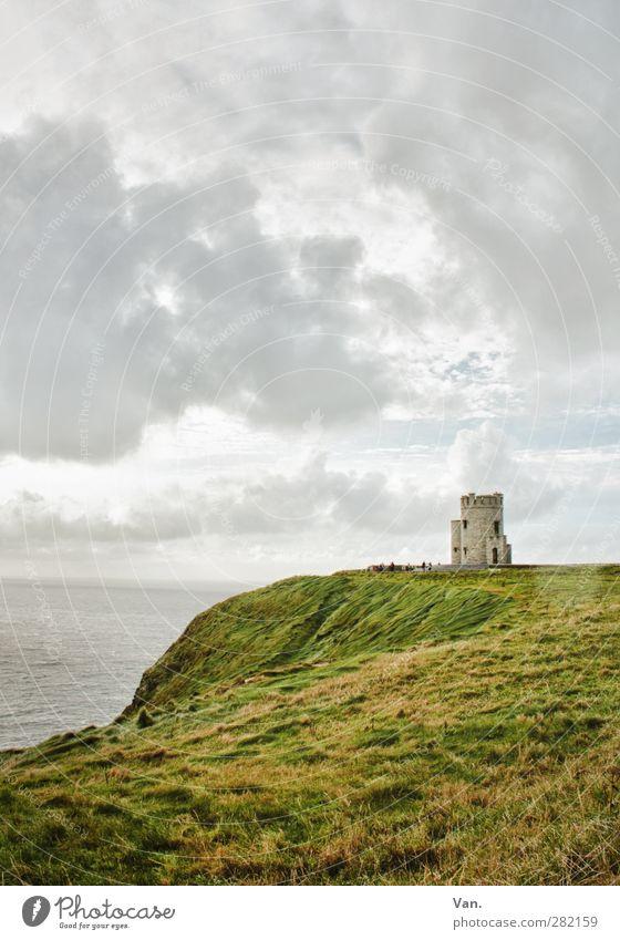 Land's End Natur Landschaft Wasser Himmel Wolken Gras Wellen Küste Meer Klippe Republik Irland Turm Bauwerk Cliffs of Moher grau grün Farbfoto Gedeckte Farben
