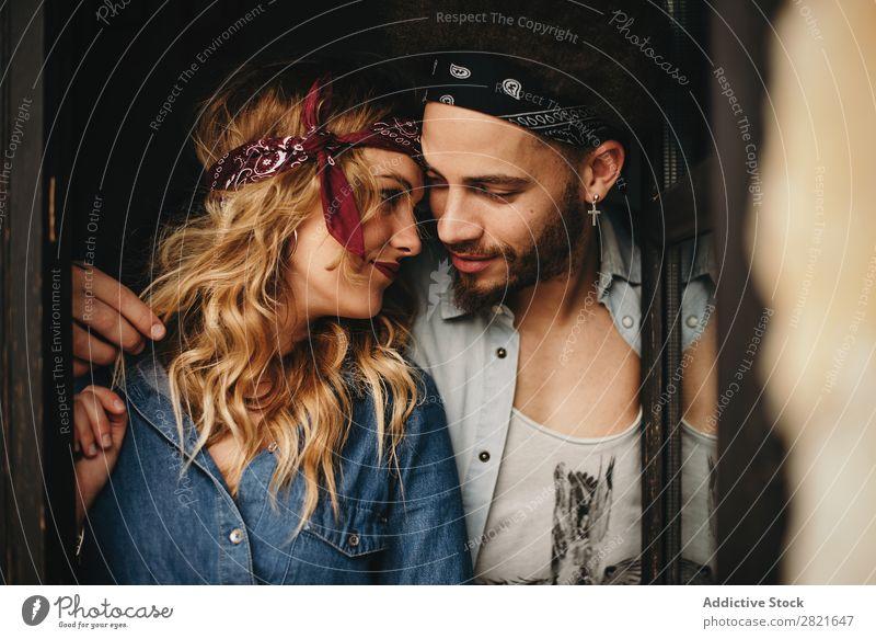 Romantisches Paar in Bändern auf dem Kopf, das von Angesicht zu Angesicht aussieht. Porträt Blick Liebe Band Stil gewelltes Haar berühren Umarmen Fenster