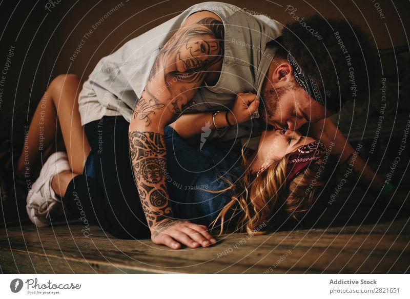 Paar küssend auf Holzbett Küssen lügen Bett alt Sex Erotik Leidenschaft Umarmen Band Stil antik Tattoo Porträt Mädchen Hintergrundbild Innenaufnahme Tag