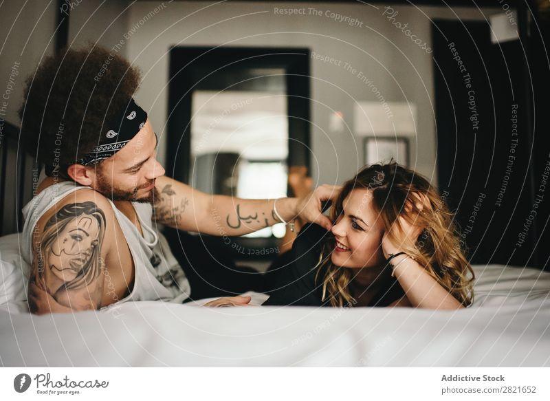 lächelndes Paar im Bett Schlafzimmer Lächeln berühren Angebot Haare & Frisuren lügen Erholung heimwärts Innenaufnahme Zusammensein Innenarchitektur Blick