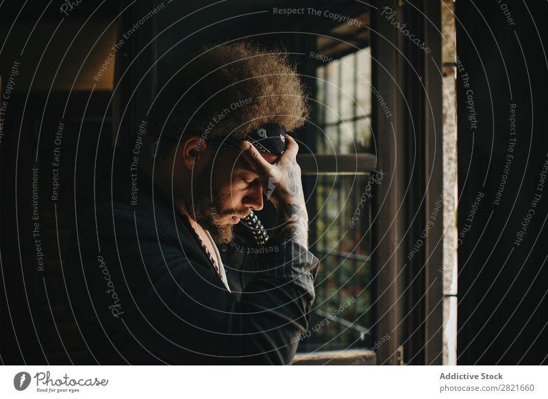 Trauriger Mann mit Afro-Frisur, der die Hand an der Stirn hält. Profil Traurigkeit Stil Haare & Frisuren Afro-Look Vollbart Augen geschlossen Trauer Halt Kopf