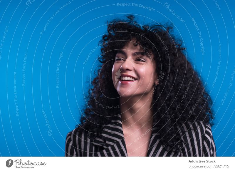 Lockige Frau, die im Studio posiert. hübsch Porträt Jugendliche lockig Behaarung brünett Haltehaar Blick in die Kamera schön Erwachsene Körperhaltung Lächeln