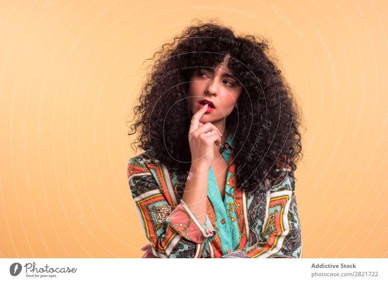Lockige Frau im Studio hübsch Porträt Jugendliche lockig Behaarung Studioaufnahme brünett schön Erwachsene Körperhaltung Beautyfotografie attraktiv Model Mensch