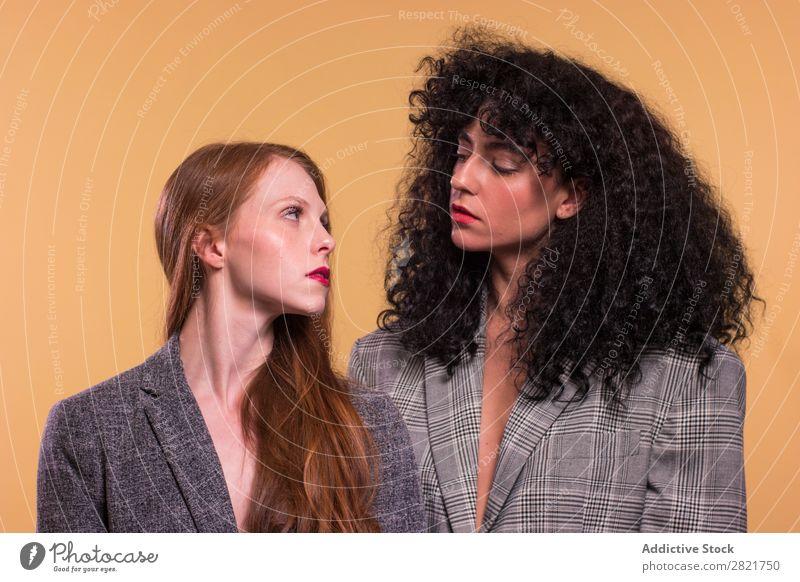 Weibliches Paar steht zusammen natürlich Erwachsene charmant gelb Stil lgbt traumhaft attraktiv schön Frau Homosexualität genießen Hintergrundbild brünett