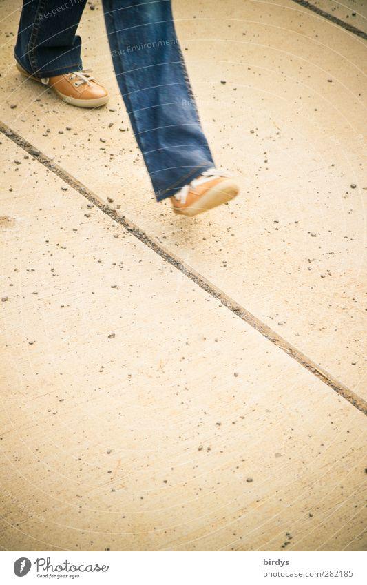 Mainstream Mensch blau gelb Bewegung Wege & Pfade Beine Linie gehen Schuhe authentisch Ziel Jeanshose Fußweg Richtung Anschnitt Fußgänger