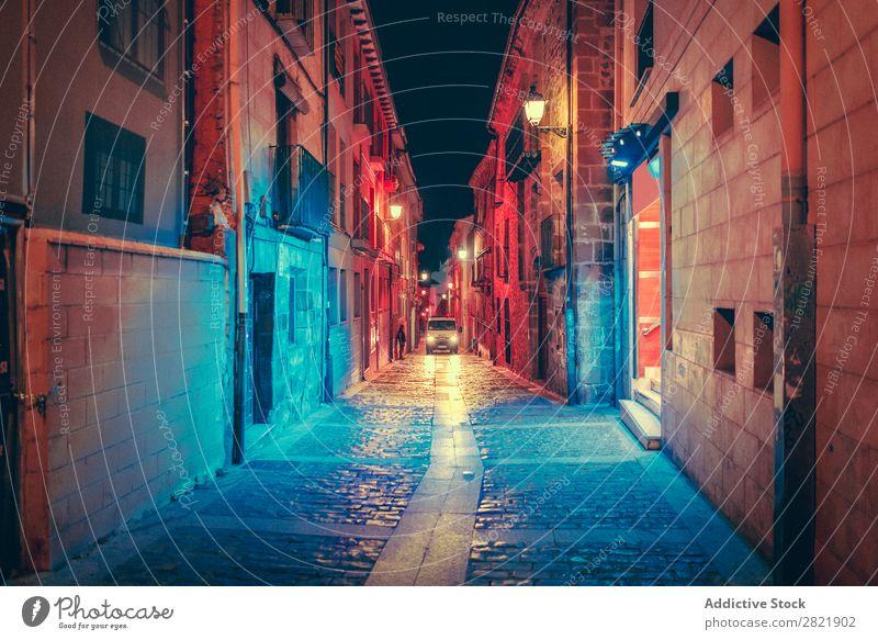 Auto auf dunkler Straße bei Nacht dunkel Stadt PKW Reiten Perspektive Licht Großstadt Gebäude Architektur Gasse Asphalt Ferien & Urlaub & Reisen Abend Weg