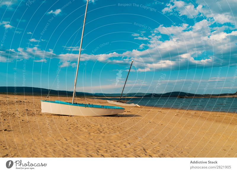 Schiff an der Sandküste Wasserfahrzeug See Küste Sommer Strand blau