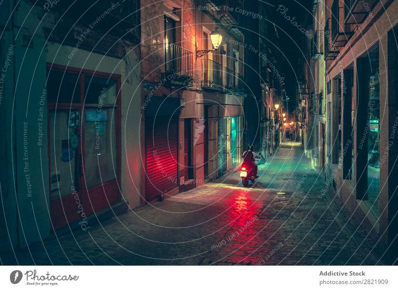 Biker fahren nachts auf der Straße Nacht dunkel Stadt Licht Mensch Motorrad Fahrrad Reiter Großstadt Gebäude Architektur Gasse Asphalt Ferien & Urlaub & Reisen