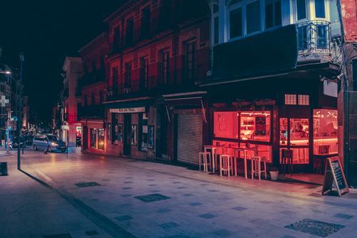 Leere Straße bei Nacht dunkel Stadt kaufen Licht Großstadt Gebäude Architektur Gasse Asphalt Ferien & Urlaub & Reisen Abend Weg Dämmerung Menschenleer Revier