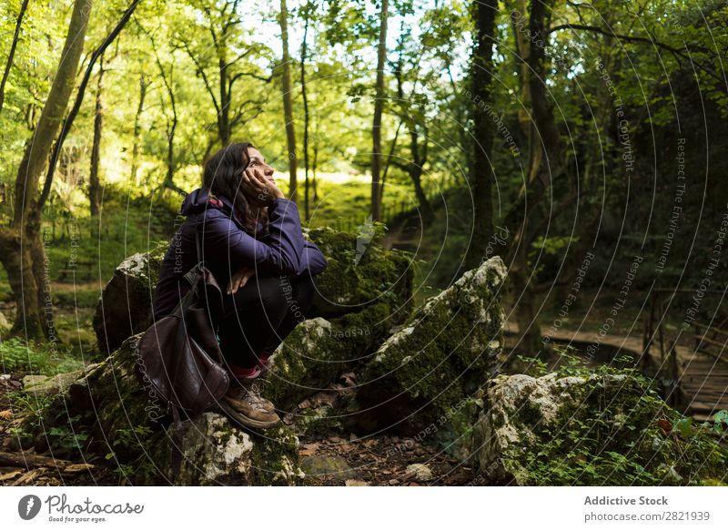Frau, die im Wald ruht. Tourist ruhen sitzen träumen besinnlich Stein Fürsorge Wegsehen Natur Tourismus Ferien & Urlaub & Reisen Aktion schön Wanderer