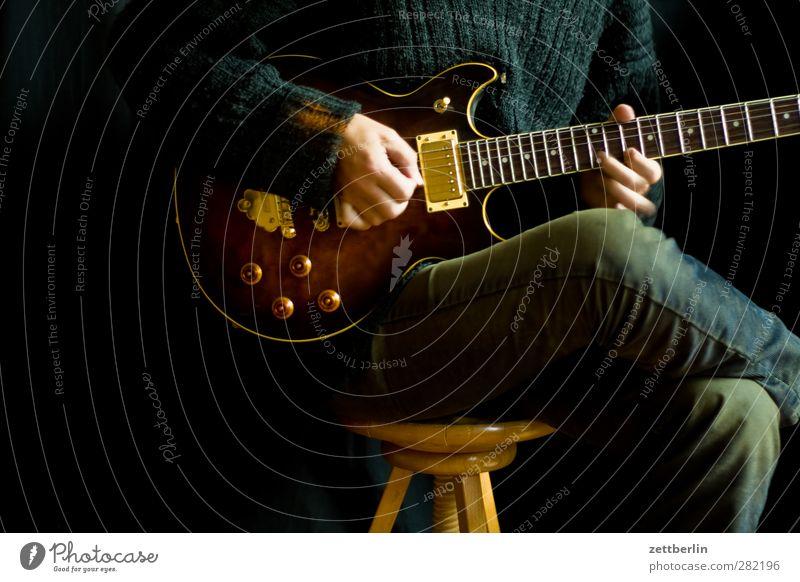 Play a mean guitar Mensch Hand Freude Erwachsene Spielen Musik Körper sitzen Finger Gitarre Tonabnehmer Musiker Ausdauer Originalität üben Saite