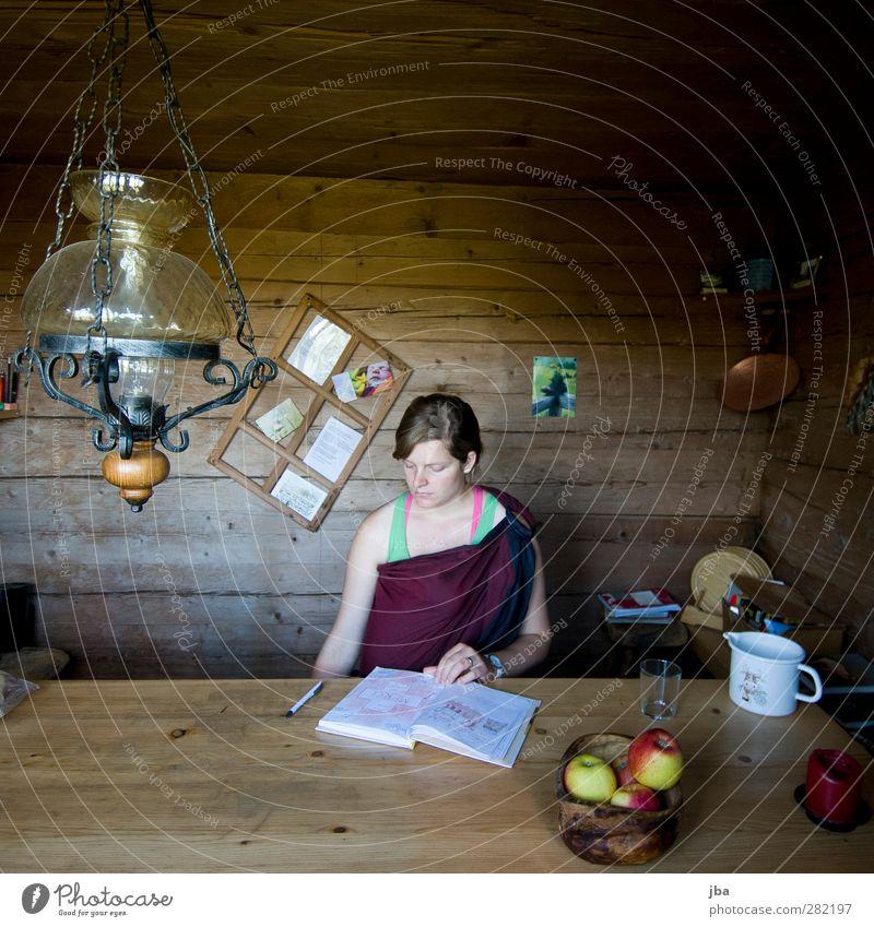 studieren Apfel Tisch Zufriedenheit Lampe Fensterrahmen Öllampe feminin Junge Frau Jugendliche Mutter Erwachsene 1 Mensch 18-30 Jahre Saanenland Alb Wand