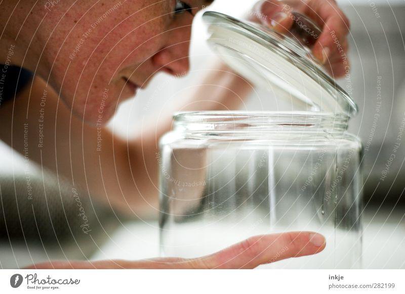 Lecker? Mensch Frau Hand Erwachsene Gesicht Leben Gefühle Glas Glas Freizeit & Hobby Häusliches Leben Ernährung Neugier festhalten Appetit & Hunger entdecken