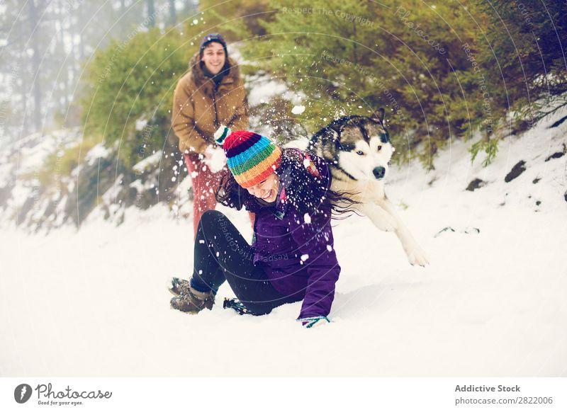 Freunde beim Schneeballspielen im Wald Mensch Freundschaft Schneebälle Spielen Werfen Spaß haben Entertainment Freizeit & Hobby Aktion Bewegung Winter Natur