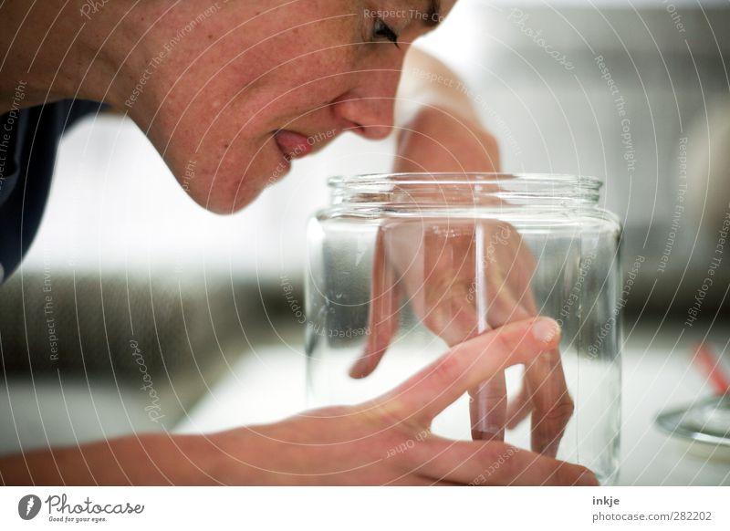 Lecker! Mensch Frau Freude Erwachsene Gesicht Leben Gefühle Glas Freizeit & Hobby Häusliches Leben Ernährung Finger Neugier festhalten genießen Appetit & Hunger