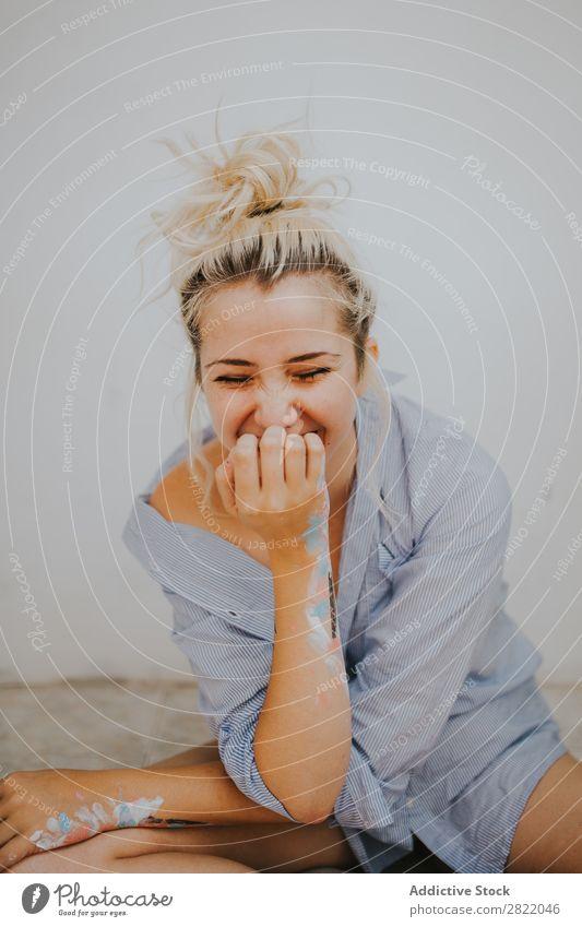 Attraktive Frau im Herrenhemd hübsch attraktiv heiß malen Hand Hemd verführerisch Tattoo Glück schön Jugendliche Beautyfotografie Lifestyle niedlich heimwärts