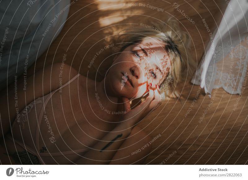 Sinnliche Frau mit Vorhangschatten im Gesicht hübsch attraktiv heiß verführerisch Gardine Schatten Bett lügen Blick in die Kamera Tattoo Glück schön Jugendliche
