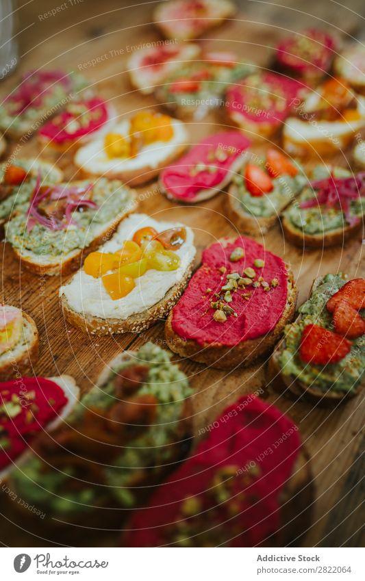 Verschiedene Snacks auf Brot serviert Belegtes Brot Holzplatte Lebensmittel frisch Käse