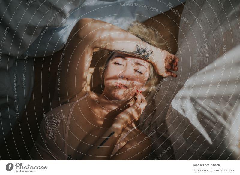 Sinnliche Frau mit Vorhangschatten im Gesicht hübsch attraktiv heiß verführerisch Gardine Schatten Bett lügen Tattoo Glück schön Jugendliche Beautyfotografie