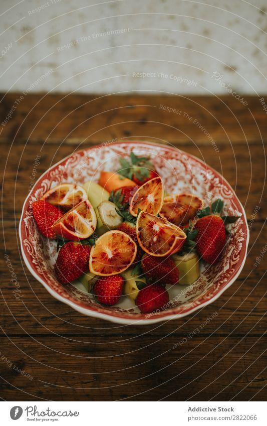 Schale mit verschiedenen Früchten Teller Frucht Sortiment Orange rot Erdbeeren Banane Teile Gesundheit Lebensmittel frisch Diät Frühstück Dessert mehrfarbig
