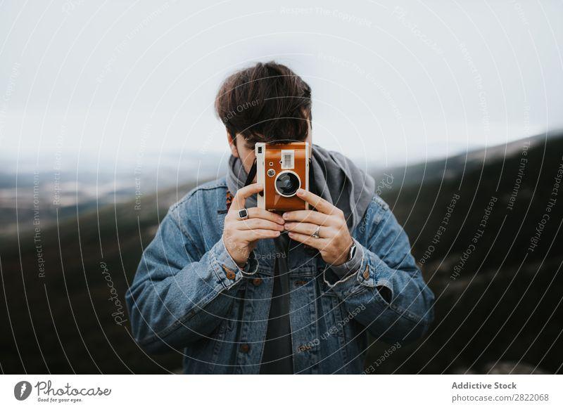 Fotograf beim Zielen mit einer Oldtimer-Kamera Fotokamera Natur altehrwürdig braun Mann Fotografie Linse Lifestyle Ferien & Urlaub & Reisen zielen Fokussierung