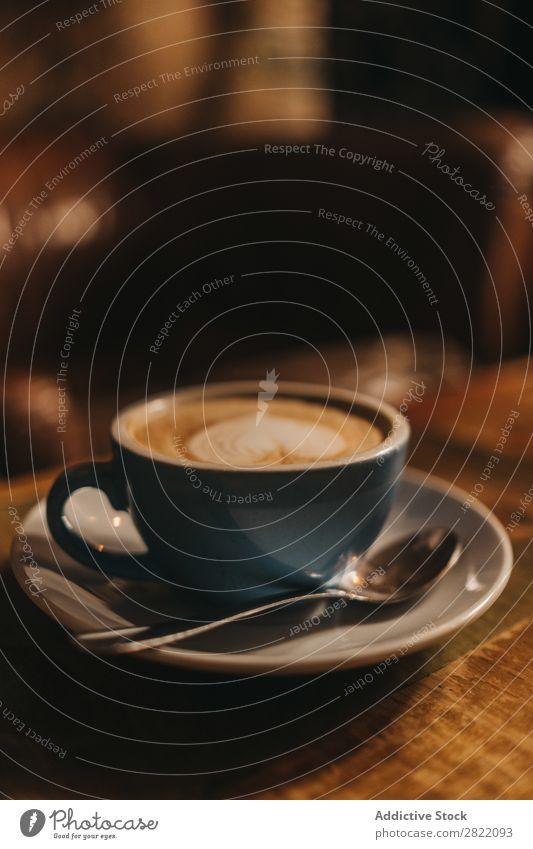 Tasse Latte mit Herz Kaffee Tisch trinken heiß braun Schaum Café Cappuccino Frühstück Becher Keramik blau Getränk Lebensmittel frisch Kunst Untertasse Holz
