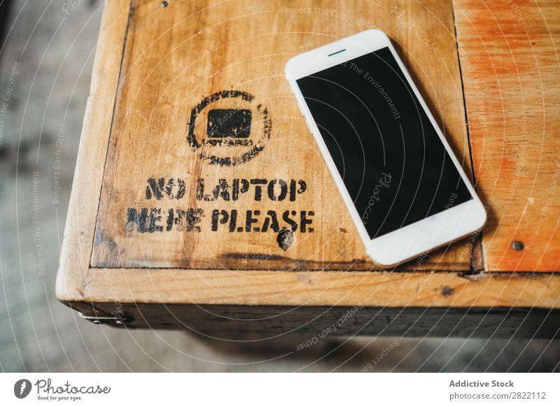Smartphone auf Holztisch PDA Tisch Telefon Mobile Technik & Technologie weiß Bildschirm klug Schreibtisch kein Laptop Verbot Gerät blanko Zeichen Top Business