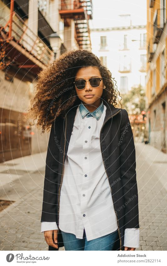 Stilvolle Frau auf der Straße hübsch schön urwüchsig schwarz lockig Afrikanisch Jugendliche stehen Sonnenbrille brünett attraktiv Mensch Beautyfotografie