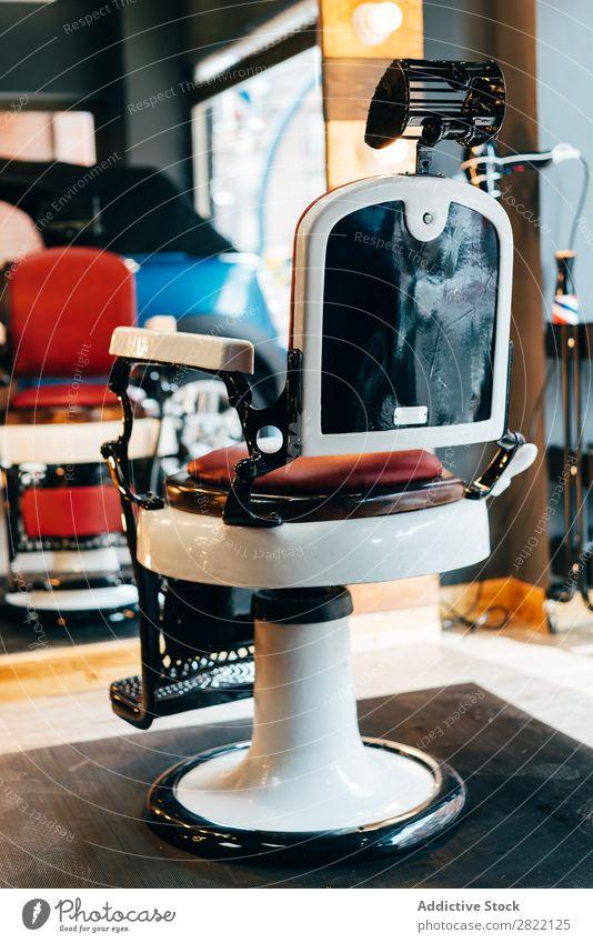 Leerer Stuhl im Friseursalon Innenarchitektur Salon Gerät Beautyfotografie Design Stil Mode ausleeren Spiegel modern Studioaufnahme kaufen Menschenleer