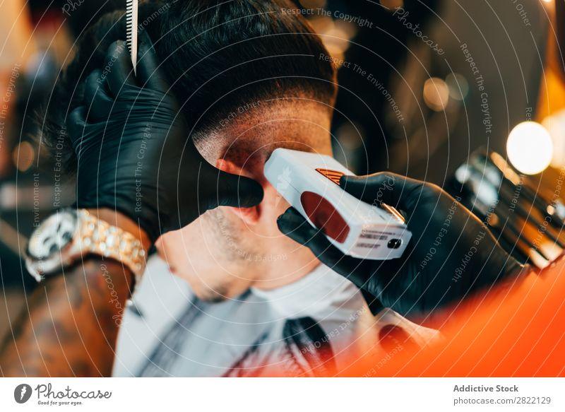 Friseur mit Pflegemaschine Friseursalon Kunde Haarkleid Behaarung Salon schwarz Mann Jugendliche Klient Haare schneiden Haare & Frisuren Fürsorge professionell