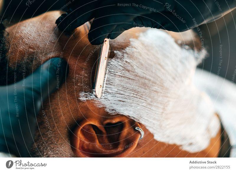 Friseurrasur Bart des Kunden Friseursalon Haarkleid Behaarung Rasur Schaum Putten Salon schwarz Mann Jugendliche Klient Haare schneiden Haare & Frisuren