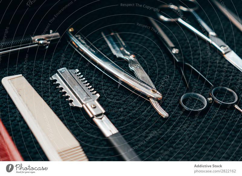 Set mit professioneller Friseurschere Friseursalon Gerät außergewöhnlich Behaarung Salon Kulisse Stil Beautyfotografie Mode Schere Kamm Haarschnitt
