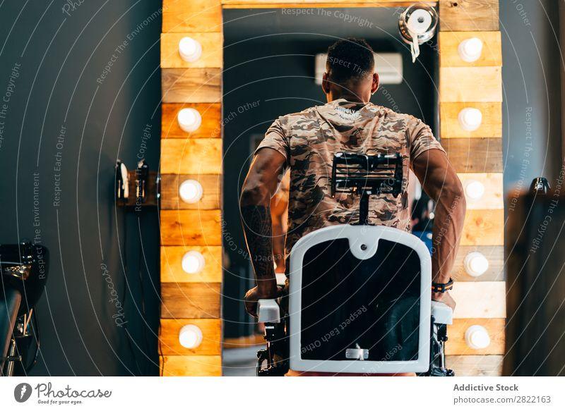 Mann steht vom Friseursitz auf Kunde Haarkleid Behaarung Salon aufstehen Stuhl schwarz Jugendliche Klient Friseursalon Haare schneiden Haare & Frisuren Fürsorge