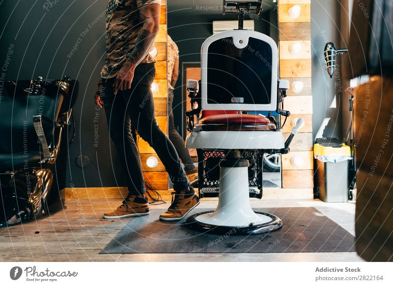 Getreidemann, der in der Nähe des Friseursessels posiert. Kunde Haarkleid Behaarung Salon Stuhl schwarz Jugendliche Klient Mann Friseursalon Haare schneiden