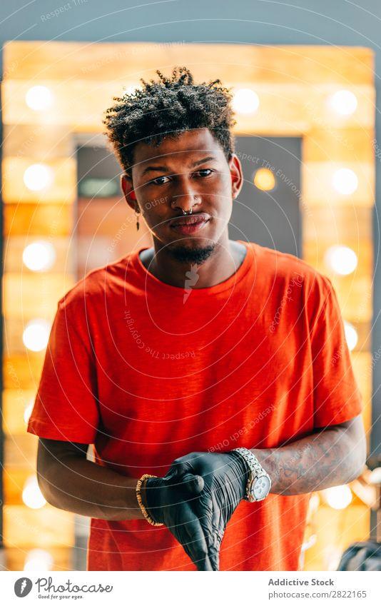 Friseur posiert im Friseursalon Haarkleid Behaarung Salon Shaka Zeichen gestikulieren Blick in die Kamera schwarz Jugendliche Mann Haare schneiden