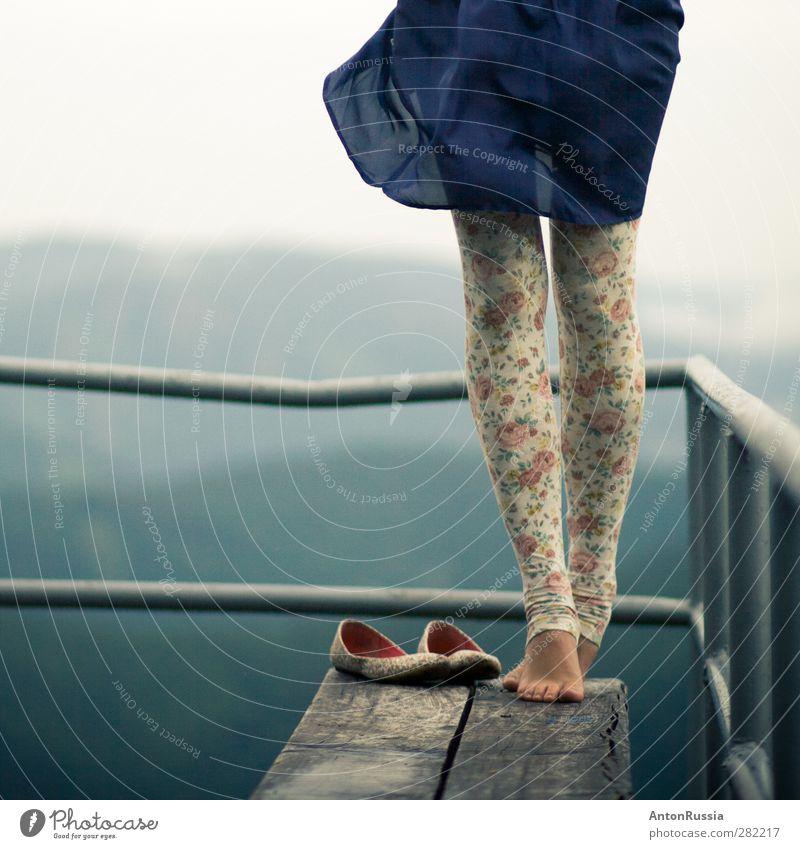 Mensch Frau Kind Himmel Natur Jugendliche blau schön Wald Erwachsene feminin Junge Frau Gefühle Stil Beine Fuß