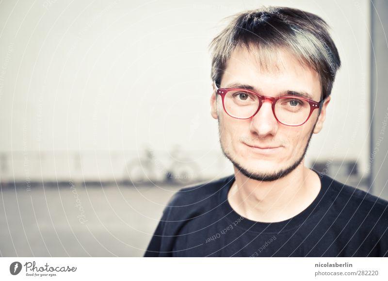 MP38 - Aber hier leben, Nein Danke! Mensch Jugendliche Erwachsene Gesicht Wand Mauer Junger Mann Stil Denken 18-30 Jahre Fahrrad maskulin lernen Studium Lächeln Brille