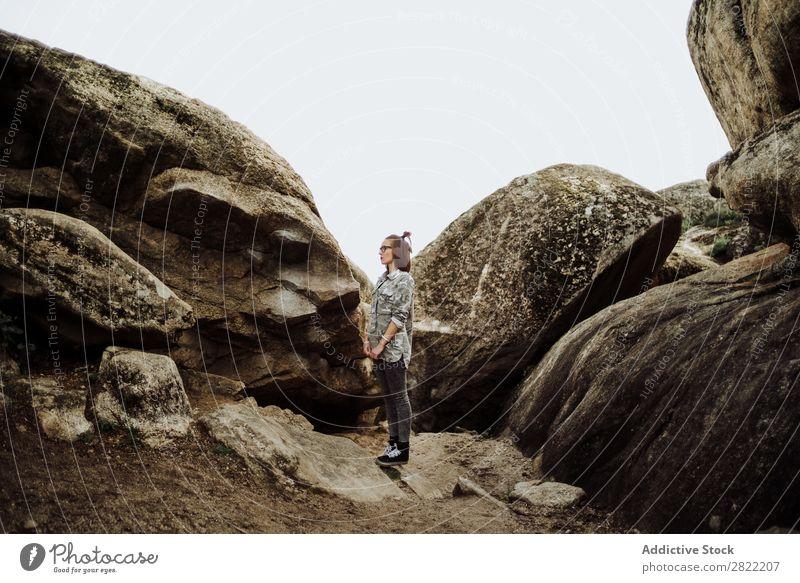 Frau in Gläsern, die auf Steinen posiert. Stil Natur Felsen stehen Brillenträger attraktiv schön Jugendliche Mode Schickimicki hübsch Coolness Beautyfotografie