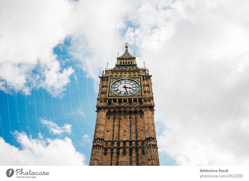Uhrturm am blauen Himmel Turm Architektur London Stadt England Sightseeing mittelalterlich Gothic historisch Berühmte Bauten Gebäude Blauer Himmel Wahrzeichen