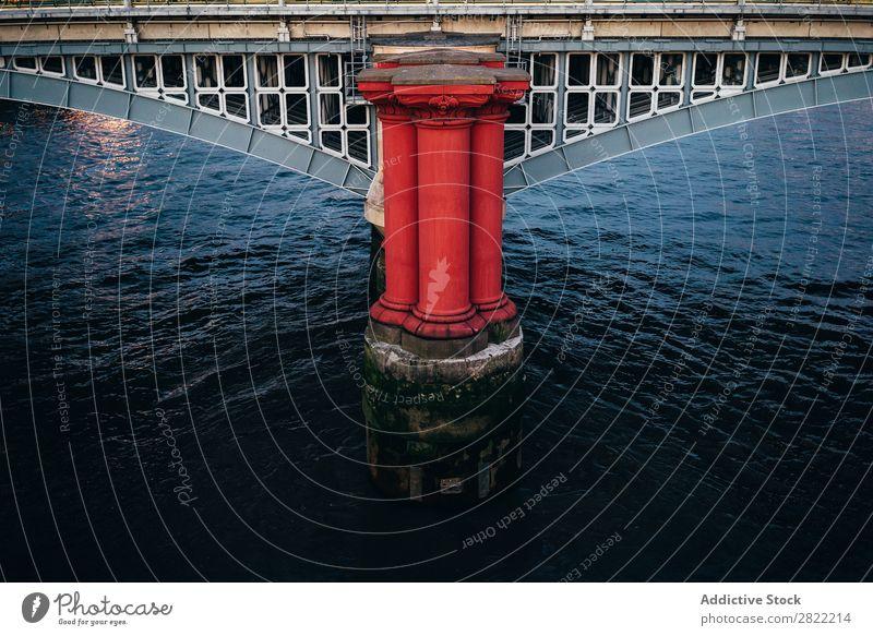 Stadtbrücke mit überdachter Galerie Brücke Gebäude modern Konstruktion London England Architektur Abend Revier rot Strukturen & Formen Entwicklung