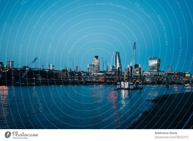Schöner Stadtböschung in der Dämmerung Stauanlage Revier modern London England Architektur Panorama (Bildformat) Stadtzentrum Fluss industriell Zeitgenosse