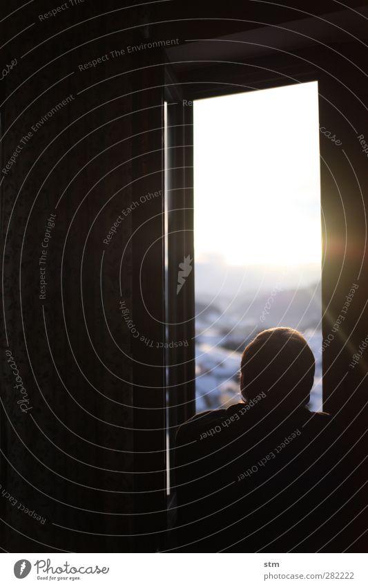 den sonnenstrahlen lauschen Mensch Mann Ferien & Urlaub & Reisen Winter Haus Erholung Erwachsene Ferne Fenster Berge u. Gebirge Schnee Freiheit Kopf Wohnung Rücken maskulin