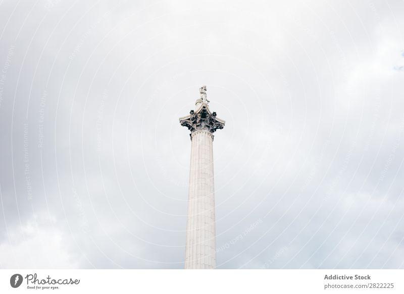 Weiße monumentale Säule am Himmel Denkmal Wahrzeichen London Architektur England Symbole & Metaphern Statue Quadrat Skulptur Großstadt Ständer