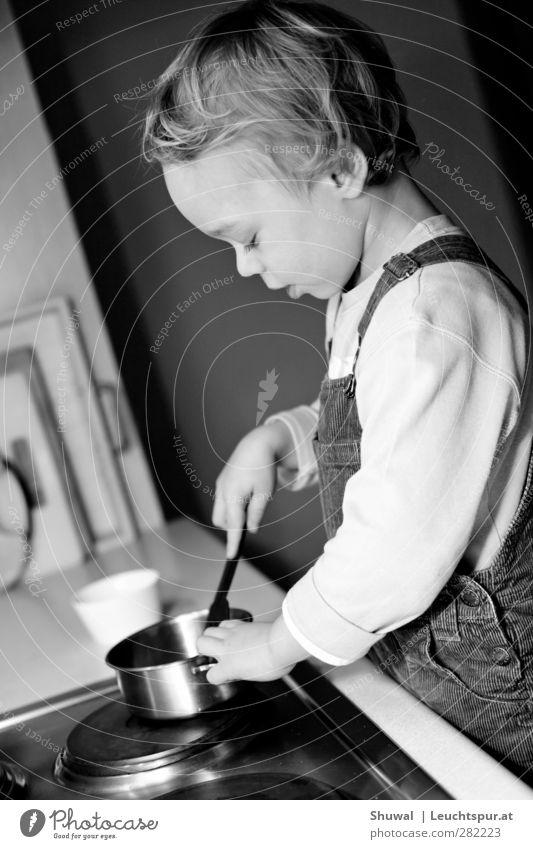 Kochfoto Kind Junge Kindheit 1 Mensch 3-8 Jahre Pädagogik kochen & garen Spielen Kindererziehung lernen Schwarzweißfoto Innenaufnahme
