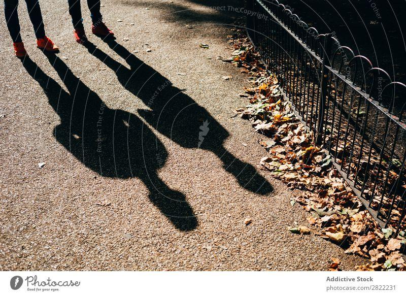 Schatten auf sonnigem Gehweg Straßenbelag Sonnenlicht London England Silhouette Stadt Großstadt Reisende Boden Fußgänger laufen Leben Promenade Bürgersteig