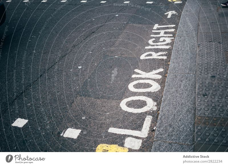 Bemalte Wörter auf grauem Grund Vorsicht Bürgersteig bemalt richtig aussehen Gang Sicherheit London England Verwarnung Aufmerksamkeit Mitteilung Zebrastreifen