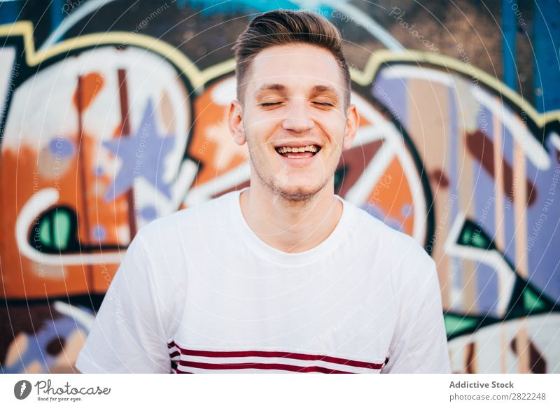 Junger Mann bei Graffiti Wand Jugendliche Straße Stadt Lifestyle Großstadt Kunst malen sprühen Mensch Künstler modern Kultur Coolness Grunge Kreativität Stil
